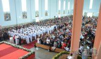 Multidão de fiéis lotaram a Matriz de São Sebastião.