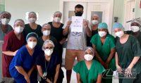 paciente-rebe-alta-medica-apos-se-curar-da-covid-em-barbacena