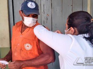 profissionais-da-limpeza-urbanas-são-vacinados-contra-covid-em-barbacena-01