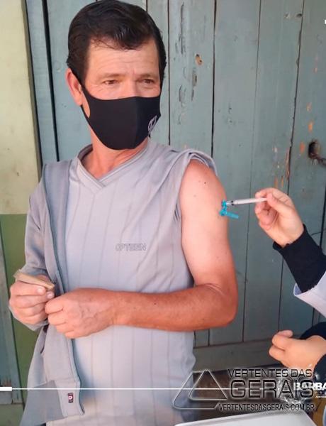 profissionais-da-limpeza-urbanas-são-vacinados-contra-covid-em-barbacena-02