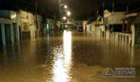 Rua dos Expedicionários, na Zona Norte, ficou inundada pela enchente da noite desta segunda-feira. Foto: Reinaldo Willian