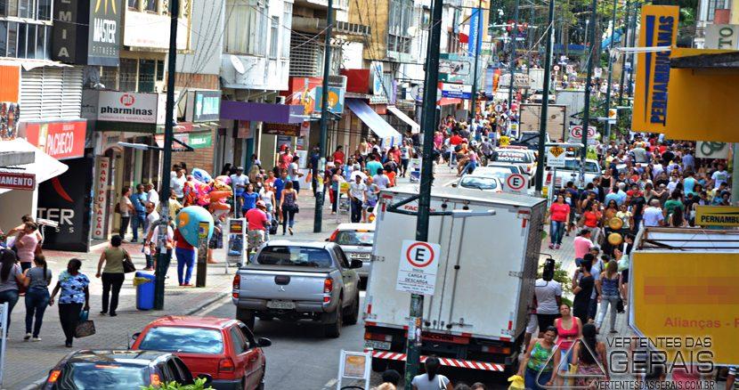 Rua Quinze de Novembro, centro de Barbacena, á poucos dias do Natal.