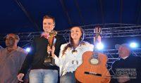 Vanessa de Oliveira, primeira colocada no Concurso Sertanejo recebendo as premiações.