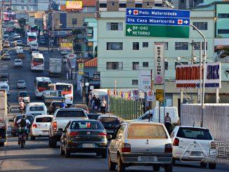 trânsito-de-veículos-na-avenida-marechal-floriano-peixoto-em-barbacena-foto-januario-basílio-vertentes-das-gerais