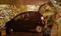 veículo-cai-em-corrego-na-região-da-rua-bahia-em-barbacena-foto-01