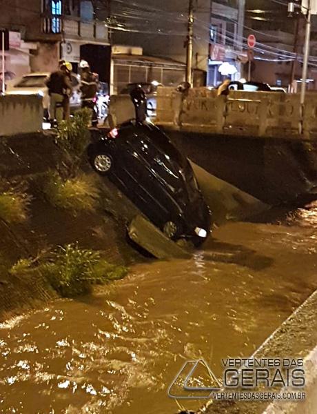 veículo-cai-em-corrego-na-região-da-rua-bahia-em-barbacena-foto-04