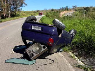 veículo-capota-na-estrada-de-acesso-a-antonio-carlos-mg-02